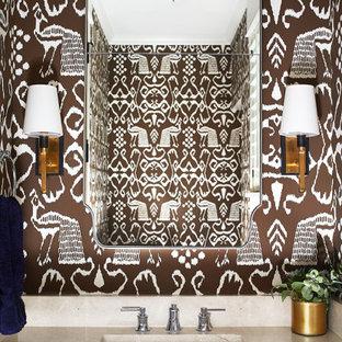 Cette photo montre un petit WC et toilettes bord de mer avec des portes de placard en bois sombre, un mur multicolore, un lavabo encastré, un plan de toilette en travertin, un plan de toilette beige, un sol en bois brun et un sol marron.