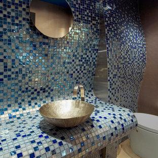 Modelo de aseo actual con lavabo sobreencimera, encimera de azulejos, baldosas y/o azulejos azules, baldosas y/o azulejos en mosaico, paredes azules y encimeras azules