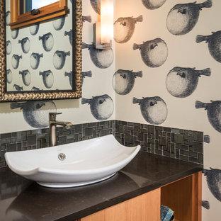 Неиссякаемый источник вдохновения для домашнего уюта: маленький туалет в морском стиле с настольной раковиной, плоскими фасадами, фасадами цвета дерева среднего тона, столешницей из искусственного кварца, серой плиткой, плиткой мозаикой и разноцветными стенами