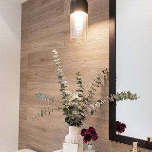 Свежая идея для дизайна: туалет среднего размера в стиле модернизм с белыми фасадами, раздельным унитазом, коричневой плиткой, керамогранитной плиткой, коричневыми стенами, полом из керамической плитки, накладной раковиной, столешницей из гранита, коричневым полом и белой столешницей - отличное фото интерьера