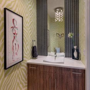 Идея дизайна: туалет в современном стиле с плоскими фасадами, черной плиткой, разноцветными стенами, светлым паркетным полом, настольной раковиной и темными деревянными фасадами