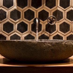 Esempio di un piccolo bagno di servizio boho chic con ante in stile shaker, ante in legno bruno, WC monopezzo, pistrelle in bianco e nero, piastrelle in ceramica, pareti arancioni, lavabo a bacinella e top in legno