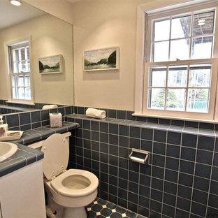Ispirazione per un bagno di servizio chic di medie dimensioni con ante bianche, WC a due pezzi, pareti beige, lavabo da incasso, top piastrellato e top blu