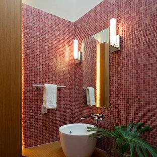 Cette photo montre un grand WC et toilettes tendance avec une vasque, un carrelage rouge, carrelage en mosaïque, un mur rouge, un plan de toilette en bois et un plan de toilette marron.