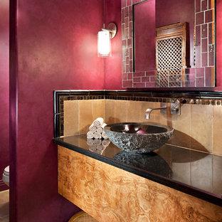 Esempio di un bagno di servizio minimal di medie dimensioni con lavabo a bacinella, ante in legno scuro, piastrelle beige, pavimento in terracotta, pareti rosa, piastrelle in pietra e top in superficie solida