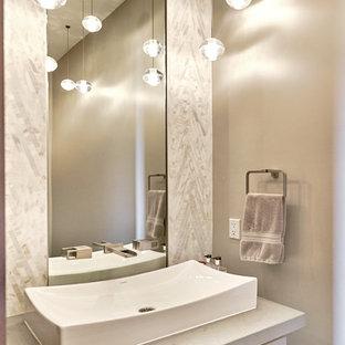Immagine di un bagno di servizio minimal di medie dimensioni con ante lisce, ante grigie, WC monopezzo, piastrelle bianche, piastrelle di marmo, pareti grigie, pavimento in legno massello medio, lavabo a bacinella, top in pietra calcarea e pavimento grigio