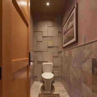 Rustikale Gästetoilette mit Wandtoilette mit Spülkasten, grauen Fliesen und Schieferfliesen in Denver