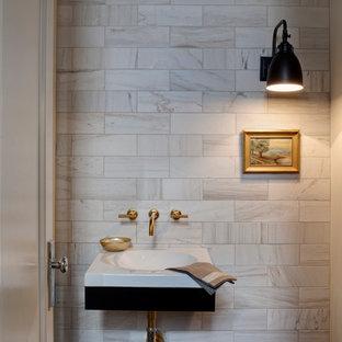 Пример оригинального дизайна: туалет в стиле современная классика с подвесной раковиной и мраморной плиткой