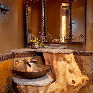 Mittelgroße Mediterrane Gästetoilette mit Aufsatzwaschbecken, brauner Wandfarbe und beigefarbenen Fliesen in Albuquerque