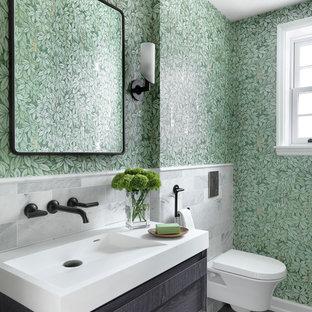 Ispirazione per un bagno di servizio classico con ante in legno bruno, WC sospeso, piastrelle bianche, piastrelle di marmo, pareti verdi, lavabo integrato, pavimento grigio e top bianco