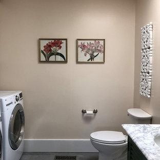 Mittelgroße Landhausstil Gästetoilette mit Lamellenschränken, grünen Schränken, Wandtoilette mit Spülkasten, weißer Wandfarbe, Keramikboden, Unterbauwaschbecken, Marmor-Waschbecken/Waschtisch, grauem Boden und weißer Waschtischplatte in Philadelphia