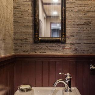 Свежая идея для дизайна: маленький туалет в стиле современная классика с открытыми фасадами, раздельным унитазом, бежевыми стенами, полом из ламината, подвесной раковиной, столешницей из искусственного камня и коричневым полом - отличное фото интерьера