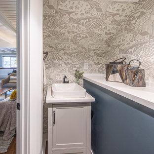 Inspiration för små lantliga vitt toaletter, med skåp i shakerstil, grå skåp, grå väggar, mellanmörkt trägolv, ett fristående handfat, bänkskiva i kvartsit och brunt golv