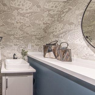 Kleine Landhausstil Gästetoilette mit Schrankfronten im Shaker-Stil, grauen Schränken, grauer Wandfarbe, braunem Holzboden, Aufsatzwaschbecken, Quarzit-Waschtisch, braunem Boden, weißer Waschtischplatte, freistehendem Waschtisch und freigelegten Dachbalken in Minneapolis