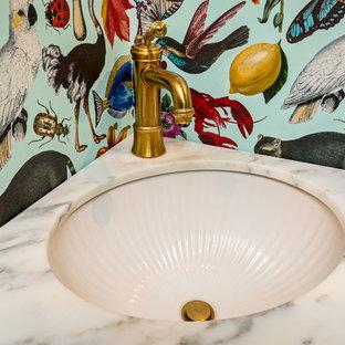 На фото: маленький туалет в стиле фьюжн с бирюзовыми фасадами, раздельным унитазом, полом из цементной плитки, врезной раковиной, мраморной столешницей и черным полом с