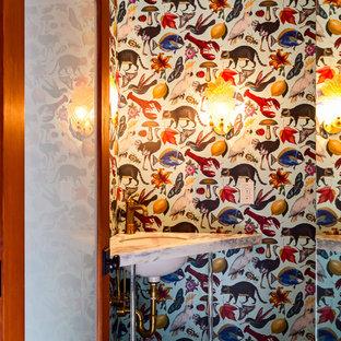 Esempio di un piccolo bagno di servizio eclettico con ante con bugna sagomata, ante turchesi, WC a due pezzi, pavimento in cementine, lavabo sottopiano, top in marmo e pavimento nero