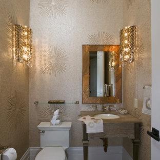 Esempio di un piccolo bagno di servizio design con lavabo sottopiano, pareti beige, pavimento in travertino, WC monopezzo, consolle stile comò, top in marmo, pavimento beige e top beige