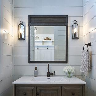 Imagen de aseo tradicional renovado, pequeño, con armarios con paneles con relieve, puertas de armario grises, sanitario de una pieza, paredes grises, lavabo bajoencimera y encimera de cuarzo compacto