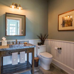 バーリントンの中サイズのラスティックスタイルのおしゃれなトイレ・洗面所 (オープンシェルフ、中間色木目調キャビネット、一体型トイレ、緑の壁、磁器タイルの床、一体型シンク、大理石の洗面台、茶色い床) の写真