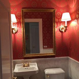 На фото: маленький туалет в классическом стиле с раковиной с пьедесталом, раздельным унитазом, белой плиткой, каменной плиткой, красными стенами и паркетным полом среднего тона с