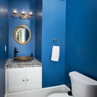 Bild på ett vintage flerfärgad flerfärgat toalett, med ett fristående handfat, skåp i shakerstil, vita skåp, kaklad bänkskiva, en toalettstol med separat cisternkåpa, flerfärgad kakel, mosaik, blå väggar och mörkt trägolv