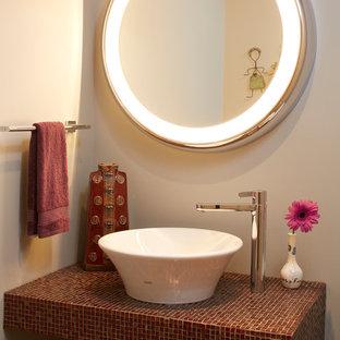 Идея дизайна: маленький туалет в современном стиле с бежевыми стенами, настольной раковиной, столешницей из плитки, полом из керамогранита, бежевым полом и красной столешницей