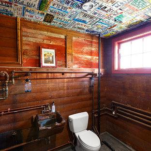 Mittelgroße Country Gästetoilette mit verzierten Schränken, dunklen Holzschränken, Betonboden, Wandwaschbecken und grauem Boden in Boston