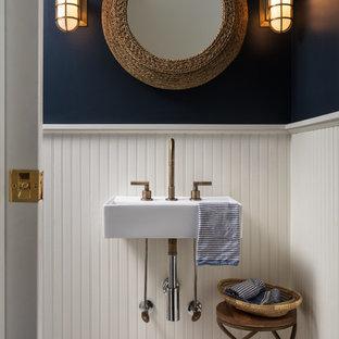 Ejemplo de aseo costero, pequeño, con suelo de mármol, suelo blanco, paredes azules y lavabo suspendido