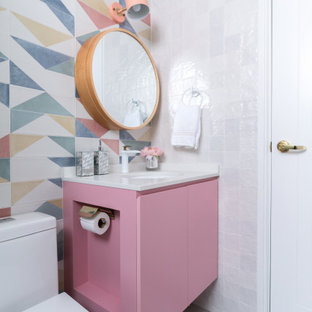 シンガポールのコンテンポラリースタイルのおしゃれなトイレ・洗面所 (フラットパネル扉のキャビネット、マルチカラーのタイル、アンダーカウンター洗面器、グレーの床、白い洗面カウンター) の写真