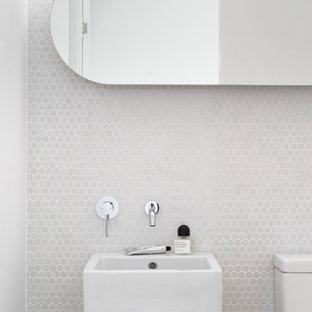 Immagine di un bagno di servizio design con piastrelle bianche, piastrelle a mosaico, pareti bianche e lavabo sospeso