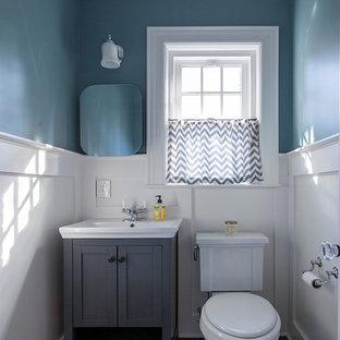 Ispirazione per un bagno di servizio chic di medie dimensioni con ante grigie, WC a due pezzi, piastrelle nere, pareti blu, pavimento in gres porcellanato e lavabo da incasso