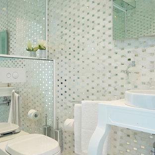 Inspiration pour un WC et toilettes design avec un WC à poser, un carrelage blanc et des carreaux de miroir.