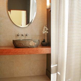 Moderne Gästetoilette mit Aufsatzwaschbecken, Waschtisch aus Holz und brauner Waschtischplatte in Milwaukee