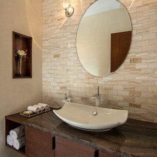 Kleine Moderne Gästetoilette mit verzierten Schränken, dunklen Holzschränken, Toilette mit Aufsatzspülkasten, Steinfliesen, Schieferboden, Aufsatzwaschbecken, Marmor-Waschbecken/Waschtisch und grünem Boden in New York