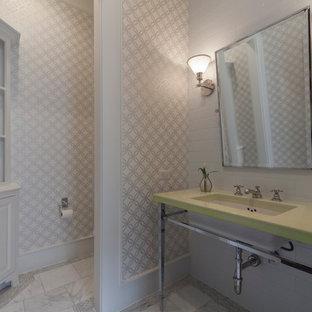 Свежая идея для дизайна: туалет среднего размера в стиле современная классика с фасадами с выступающей филенкой, белыми фасадами, белыми стенами, мраморным полом, столешницей из искусственного камня, врезной раковиной и зеленой столешницей - отличное фото интерьера