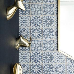 Пример оригинального дизайна: маленький туалет в стиле модернизм с плоскими фасадами, белыми фасадами, синей плиткой, керамической плиткой, синими стенами, полом из керамической плитки, врезной раковиной, столешницей из искусственного кварца, белым полом, белой столешницей и напольной тумбой