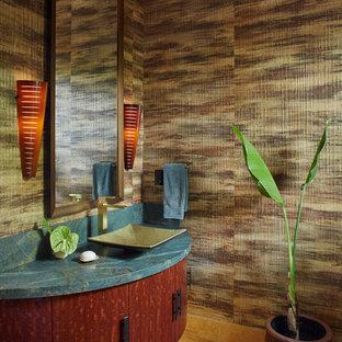 Foto di un grande bagno di servizio tropicale con lavabo a bacinella, consolle stile comò, ante in legno bruno, top in granito, WC monopezzo, pareti multicolore, pavimento in travertino e top blu