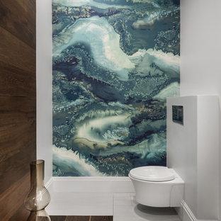 Ejemplo de aseo contemporáneo, de tamaño medio, con sanitario de pared, paredes grises, suelo de baldosas de porcelana, suelo gris, baldosas y/o azulejos multicolor y losas de piedra