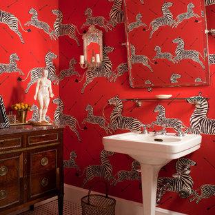 Идея дизайна: туалет в классическом стиле с красными стенами, полом из мозаичной плитки, раковиной с пьедесталом и белым полом