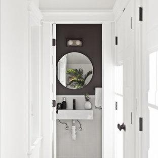 Idee per un bagno di servizio chic con piastrelle bianche, pareti nere, lavabo sospeso e pavimento multicolore