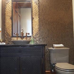 Ispirazione per un grande bagno di servizio tradizionale con consolle stile comò, WC a due pezzi, piastrelle in metallo, pareti marroni, parquet chiaro, lavabo a bacinella, top in granito e ante in legno bruno