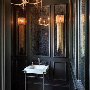 Idée de décoration pour un WC et toilettes méditerranéen avec un mur noir, un sol en bois foncé, un plan vasque et un sol marron.