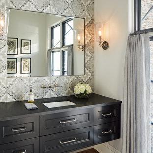 Неиссякаемый источник вдохновения для домашнего уюта: большой туалет в стиле современная классика с плоскими фасадами, черными фасадами, разноцветной плиткой, керамической плиткой, белыми стенами, паркетным полом среднего тона, врезной раковиной, столешницей из гранита, коричневым полом и черной столешницей