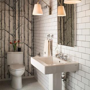 Kleine Moderne Gästetoilette mit Sockelwaschbecken, Wandtoilette mit Spülkasten, weißen Fliesen, Metrofliesen, weißer Wandfarbe und Mosaik-Bodenfliesen in Raleigh