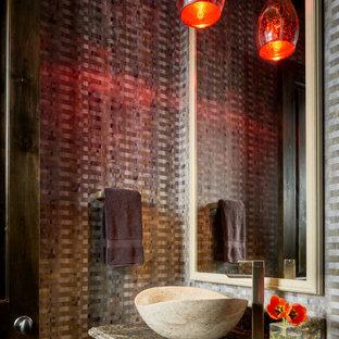 Urige Gästetoilette mit Tapetenwänden in Los Angeles
