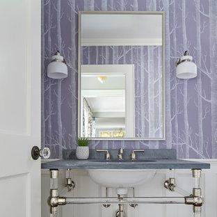 Idée de décoration pour un WC et toilettes tradition avec un mur violet, un lavabo encastré et un plan de toilette gris.