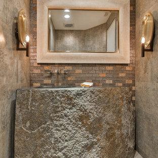 Idées déco pour un WC et toilettes montagne de taille moyenne avec un lavabo intégré, un sol gris, un carrelage beige, des carreaux de céramique, un mur beige, un sol en carreaux de ciment et un plan de toilette en calcaire.