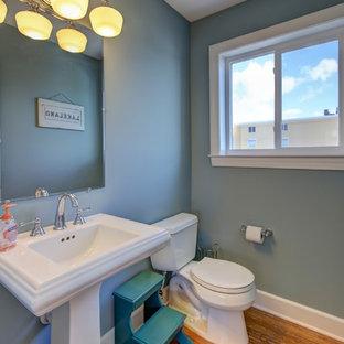 Свежая идея для дизайна: туалет среднего размера в морском стиле с раздельным унитазом, синими стенами, полом из бамбука и раковиной с пьедесталом - отличное фото интерьера