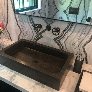 На фото: большой туалет в стиле лофт с настольной раковиной, мраморной столешницей, открытыми фасадами, черными фасадами и белой столешницей с