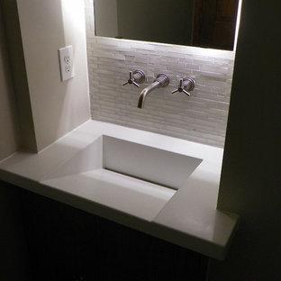 На фото: туалет в стиле модернизм с